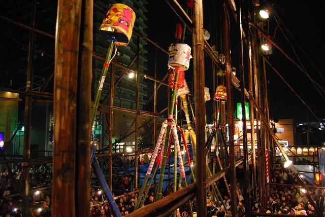 古河提灯竿もみまつり競技中の様子